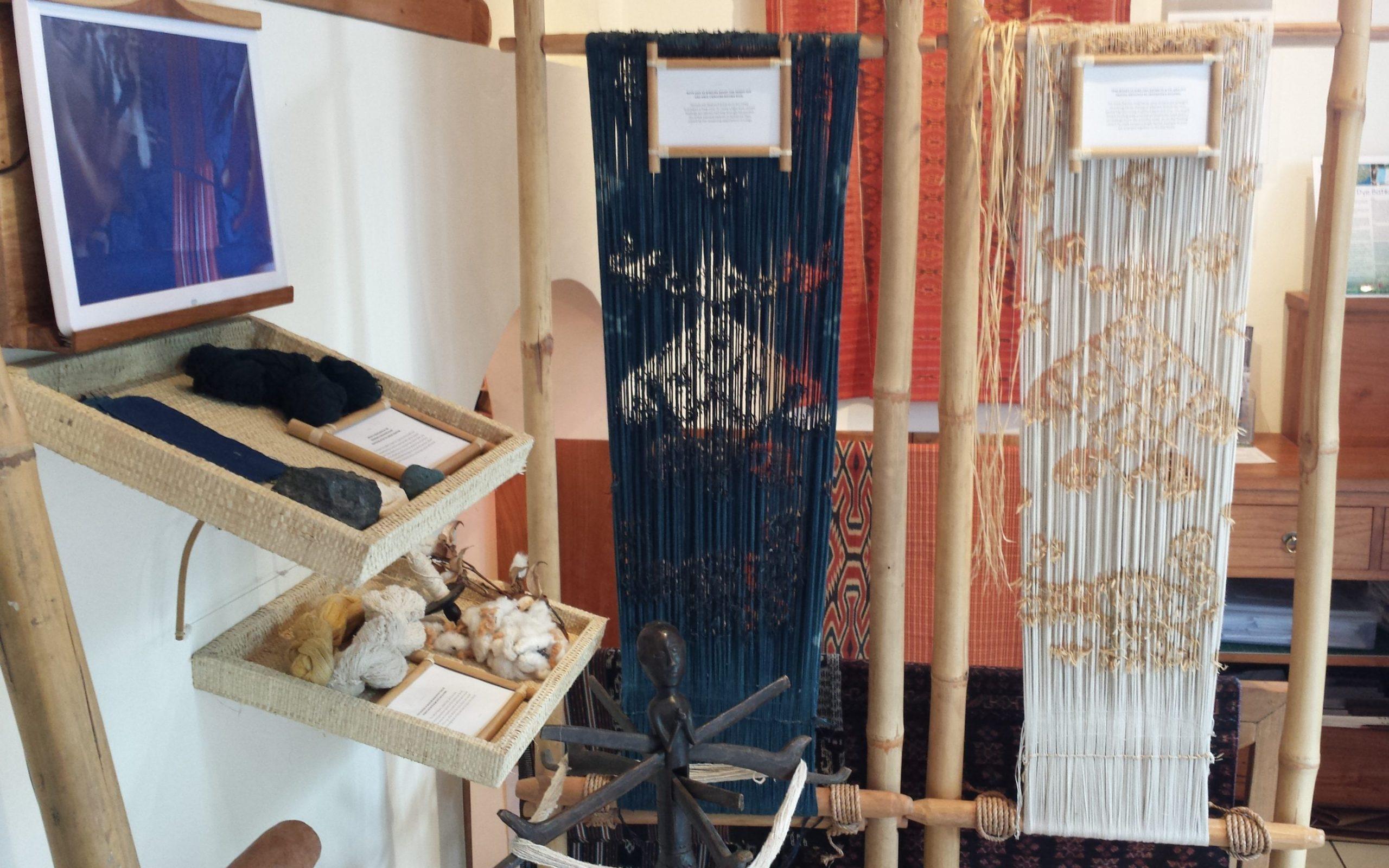 """Présentation de la technique de fabrication de l'Ikat à la galerie """"The Thread of life"""" à Ubud."""