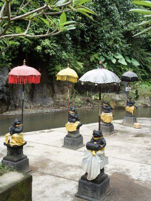 Les grenouilles habillées de tissu veillent sur la rivière sacrée où les balinais viennent se purifier.