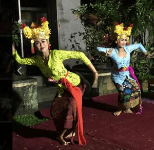 Danseuses portant la tenue traditionnelle balinaise avec un sebaya.